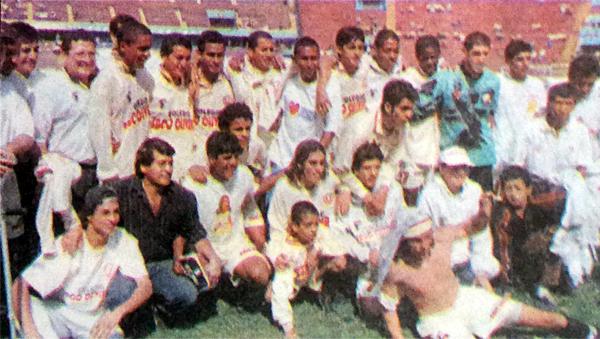 Equipo de América Cochahuayco que obtuvo el título de Segunda División en 1999 ante Virgen de Chapi: el DT era Luis Rubiños. (Foto: diario Todo Sport)