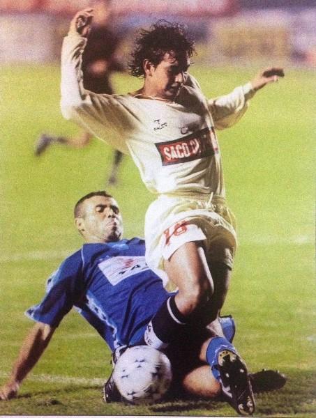 Oswaldo Carrión a la carga el día del auténtico debut de Grondona como DT en la Segunda División peruana: ante Aviación FAP en la primera fecha de la Segunda División 2000. (Foto: revista Don Balón Perú)