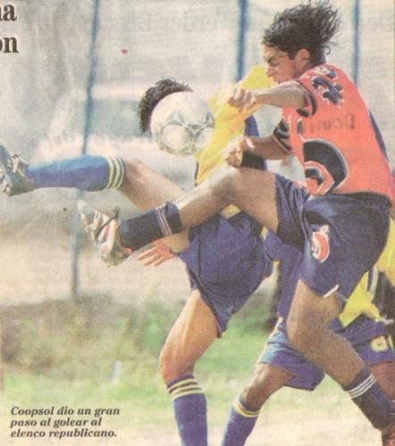 Una foto con historia: el primer partido jugado por Coopsol en Segunda División. Fue en la primera fecha de la temporada 2000, ante Guardia Republicana, con victoria 0-3 para el cuadro de Ames (Recorte: diario Líbero)