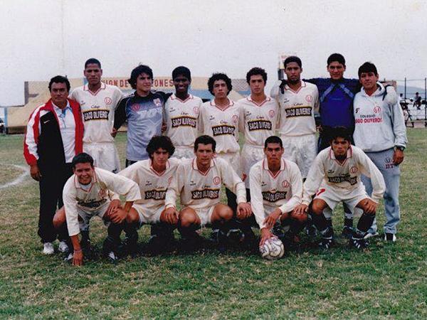 La primera camiseta que vistió Nicol Prado, allá por el año 2000, fue la de Virgen de Chapi en la Segunda División. En la foto, es el antepenúltimo de los parados. En aquel equipo figuraban también Wilder Galliquio, José Mendoza, Antonio Meza Cuadra y Hernán Rengifo. (Foto: Facebook)
