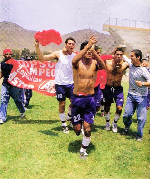 La vuelta tras el campeonato de los jugadores de Coopsol, entre los que destaca un joven José Carlos Fernández (Recorte: revista Don Balón Perú)
