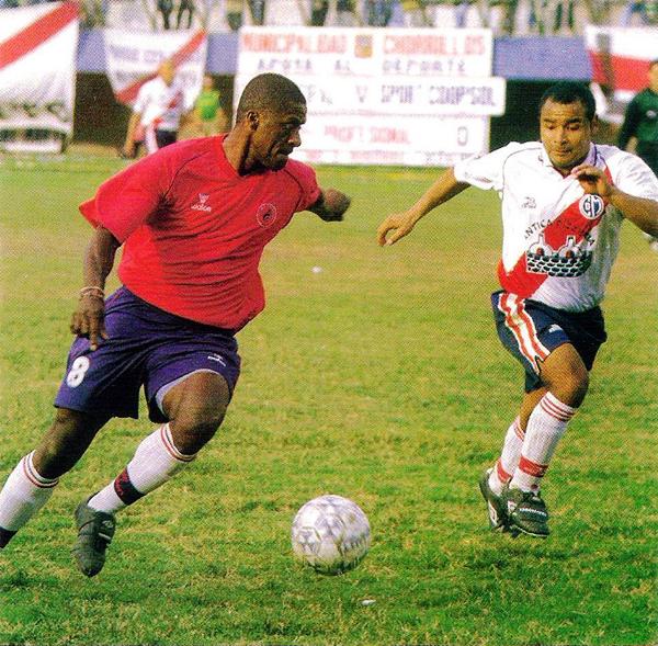 El 'Diablo' Eddy Carazas cuando defendió al Aviación-Coopsol en la temporada 2003 de la Segunda División (Recorte: revista Don Balón Perú)