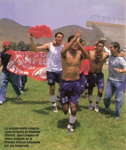 La vuelta olímpica de Coopsol en cancha de la UNI tras ganar el título de Segunda en 2003 (Recorte: revista Don Balón Internacional Edición Perú)