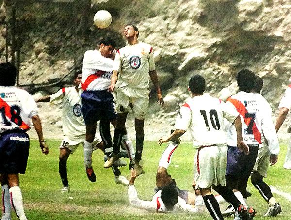 Unión de Campeones y Municipal se blandieron con todo en Chosica aquella mañana de 2004. Acá, 'Hilacha' Espinoza va al salto con Luis Collantes. (Recorte: diario El Comercio, suplemento Deporte Total)