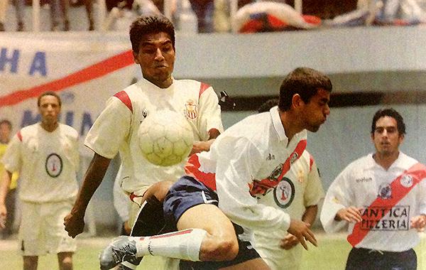 Jean Tragodara va encima de Jacobo Eskenazi. A la derecha, Óscar del Portal, hoy conductor de TV, contempla la jugada. (Recorte: revista El Gráfico Perú)