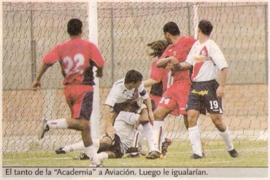 La mejor campaña de Aviación, ya con los colores de Coopsol, fue en la temporada 2005. Acá una escena del empate 1-1 ante Municipal en el Callao por la fecha 13 (Recorte: diario El Bocón)