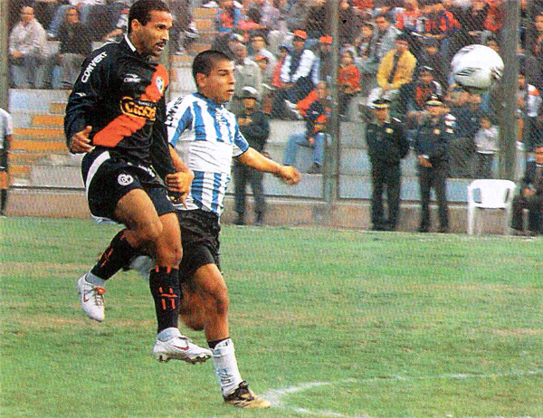 Juan 'Tin Tan' Saavedra en acción ante Villa del Mar la vez que Municipal ganó 0-2 en Villa El Salvador (Recorte: diario El Bocón)