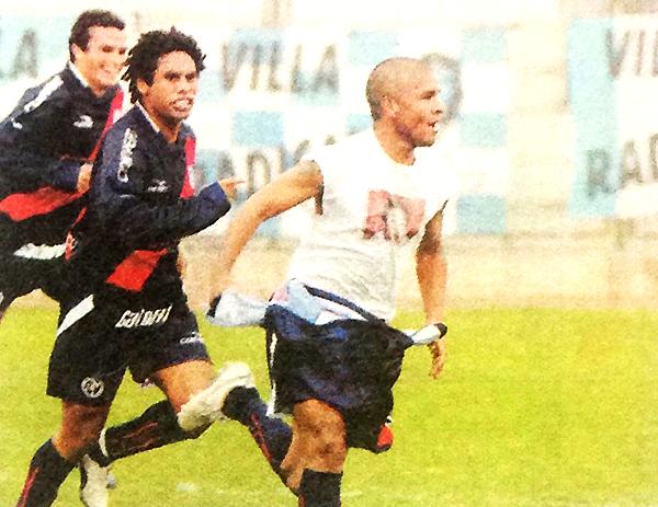 'Ricky' Pérez y Portilla celebran el definitivo 0-2 sobre Villa del Mar en 2006 (Recorte: diario Líbero)