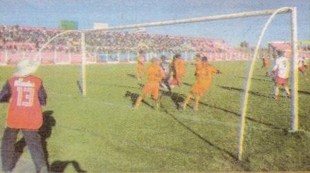 Una humillante goleada de 0-5 en Juliaca, propinada por Atlético Minero, terminó con el breve ciclo de tres partidos de Eddy Oyarzábal en Alfonso Ugarte. (Recorte: Semanario La Segunda)