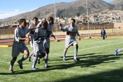 Jugando con su uniforme alterno color gris, el Inti Gas pasó por encima al Águila en el también desolado estadio Huancayo (Foto: diario Correo de Ayacucho)