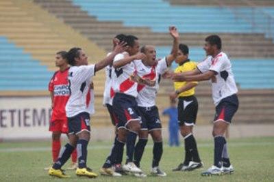 Óscar Ruiz festeja el empate y su revanch personal junto a sus compañeros del Sport Águila (Foto: diario Correo de Huancayo)