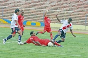 Águila desperdició una oportunidad de oro para alcanzar la punta al caer en casa ante los rojos de Acosvinchos (Foto: diario Correo de Huancayo)