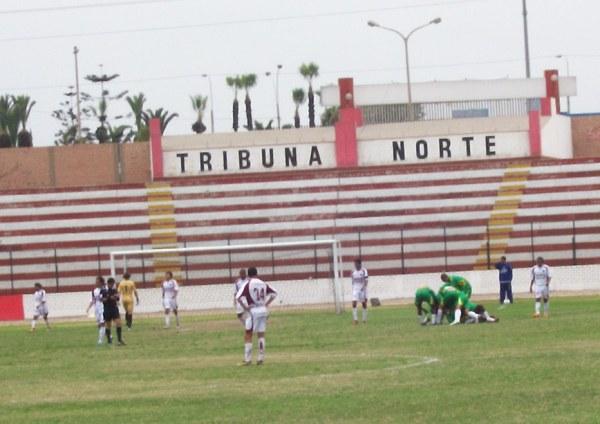 Todo La Peña festeja con Víctor Yllescas el tanto de empate en el Callao (Foto: Abelardo Delgado / DeChalaca.com)