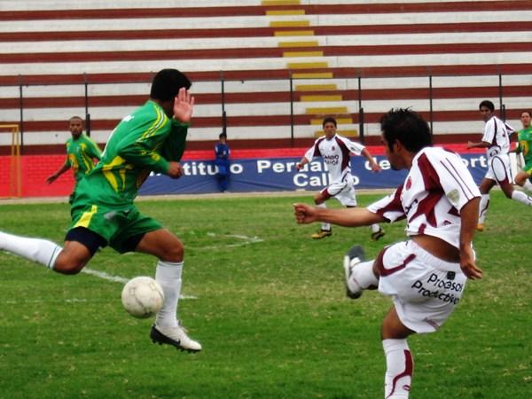 Ricardo Uribe anotó en el arco de La Peña Sporting, pero se topó con murallas como la de William Araujo (Foto: Prensa Segunda División)