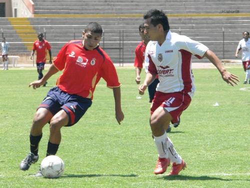 Charly Vicente se lleva el balón en ataque (Foto: Jorge Jiménez Bustamante)