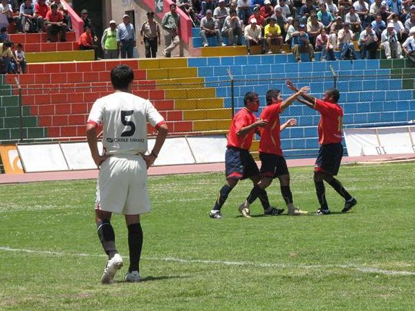 César Goya es felicitado por sus compañeros luego de convertir en el arco de América Cochahuayco. Total Clean sigue firme en su camino de retorno a Primera (Foto: deporteaqp.blogspot.com)