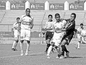 Paolo Maldonado lucha el balón. Águila volvió a perder el paso sobre la hora ante Inti Gas (Foto: diario Correo de Ica)