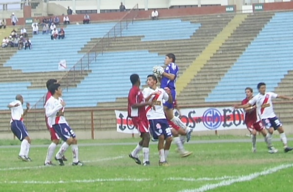 La última vez que 'Muni' había ganado un partido en Lima, también lo había hecho ante San Marcos: fue el año pasado, por la fecha 22. Acá, el golero Castells controla el balón ante una carga sanmarquina (Foto: Abelardo Delgado / DeChalaca.com)