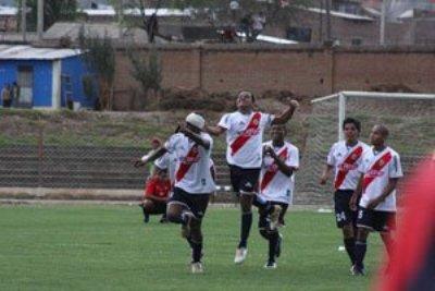 El festejo de Guzmán, con parche en la cabeza, incluyó un bailecito al más puro estilo africano (Foto: diario Correo de Huancayo)