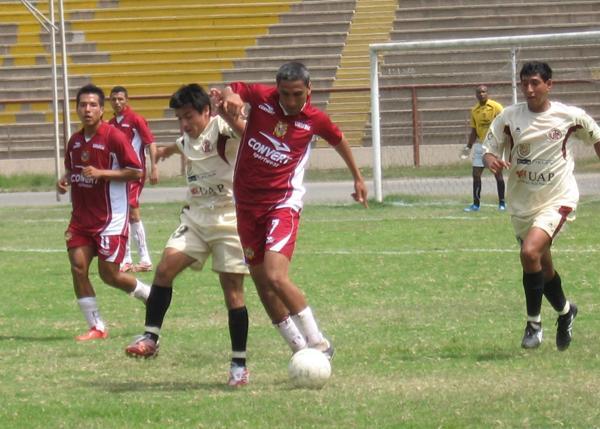 UTC no tiene rumbo. Acá sus jugadores son superados por 'Chalaquita' Gonzales, quien ya peina canas (Foto: Prensa Segunda División)