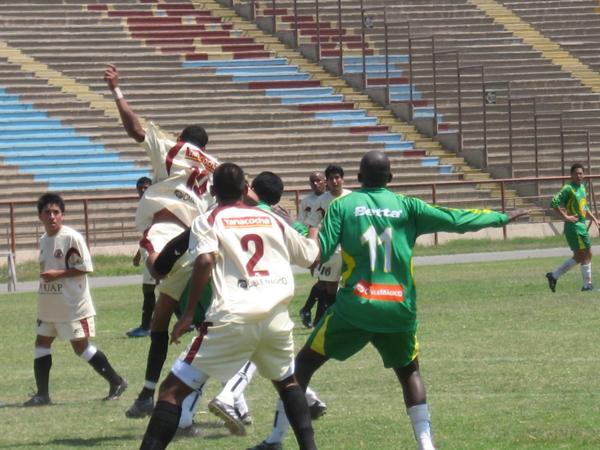 EN EL ESTRIBO. La Peña cargó con todo al final y forzó el empate a través de Jácobo (Foto: Prensa Segunda División)