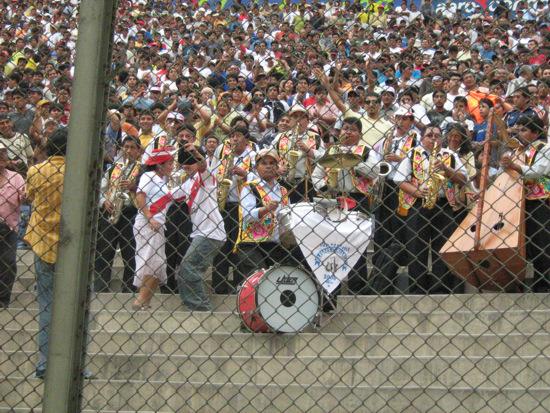 Había más hinchas del Sport Águila en las tribunas del Monumental. Hasta llevaron una banda musical para apoyar al equipo (Foto: Gian Saldarriaga / DeChalaca.com)