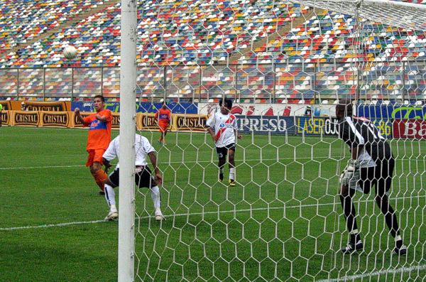 La pasiva marca de la zaga del Sport Águila le dio a Leiva la oportunidad de cabecear solo sin necesidad de saltar para abrir el marcador (Foto: Gian Saldarriaga / DeChalaca.com)
