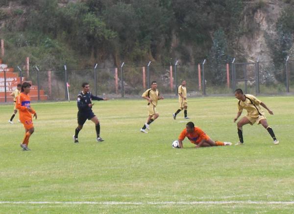 Partido que marcó el debut de Cobresol en Segunda: fue un 2-2 ante Minero en Matucana. En la imagen aparece Christian Vildoso, quien en aquella ocasión anotó el segundo gol moqueguano (Foto: Abelardo Delgado / DeChalaca.com)