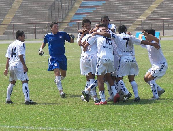 FECHA 1. Primer grito de gol. Era el estreno del campeonato y la presentación oficial del nuevo conjunto de Freddy Nossar (Foto: Abelardo Delgado / DeChalaca.com)