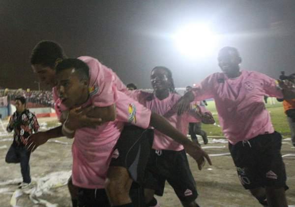 FECHA 1. Carlos Elías celebra su tanto ante América Cochahuayco, el primero de la temporada tras el descenso de Primera División (Foto: Félix Medina)