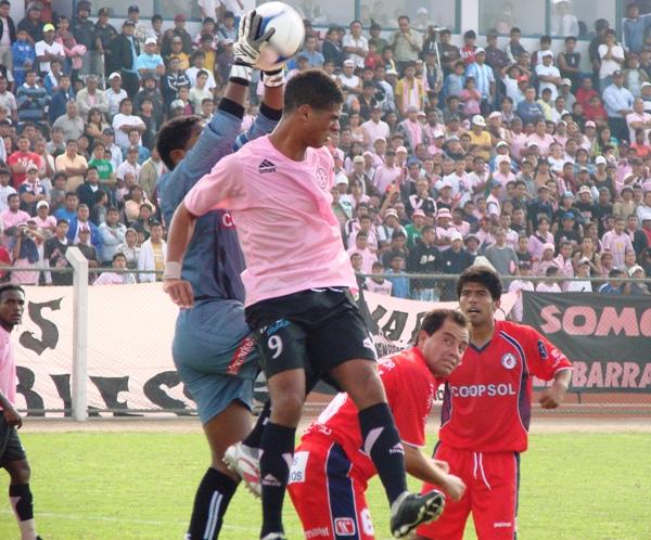 ES MÍA. El golero local Homar Reynoso se anticipa al rosado Miguel Curiel, ante la mirada de su compañero César García (Foto: Isaac Zavala Martini)
