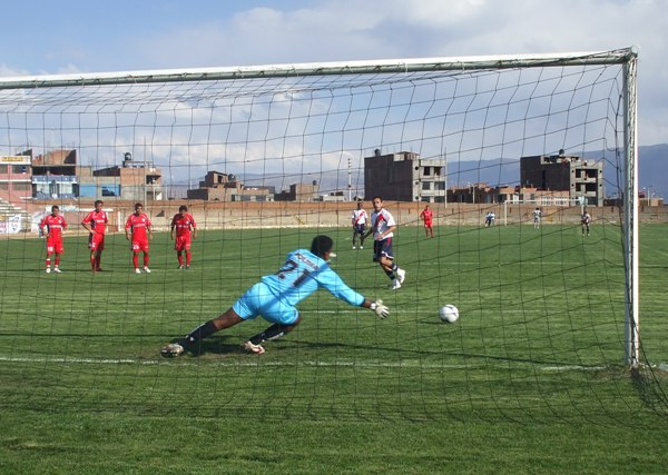 Con este gol de Paolo Maldonado, Sport Águila le vio vuelta al marcador la vez que enfrentó a Coopsol en 2009 (Foto: Diario Primicia de Huancayo)
