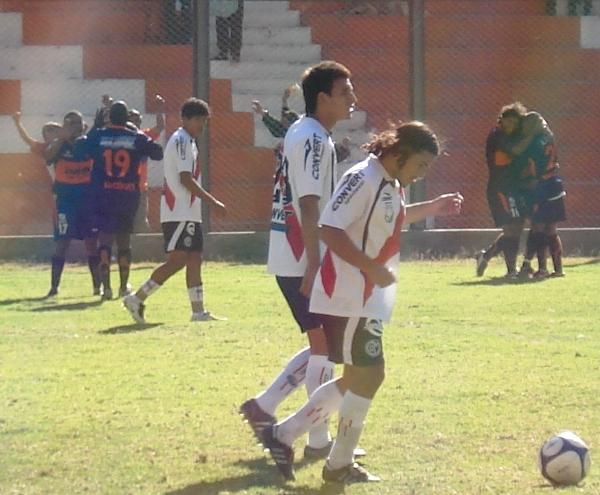 Festejo de Víctor Yllescas luego de su tercer gol a Deportivo Municipal en la victoria 3-2 de Minero en la Segunda División 2009. (Foto: archivo DeChalaca.com)