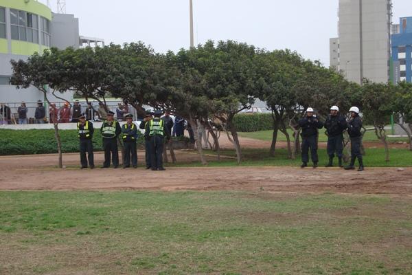 POR SI LAS MOSCAS. Pese a ser un compromiso a puertas cerradas, los efectivos policiales estuvieron a la expectativa de cualquier disturbio en las afueras del estadio miraflorino (Foto: Paul Arrese / DeChalaca.com)