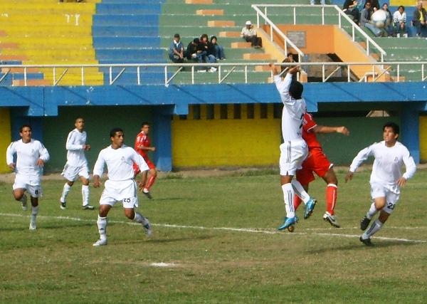 SIN CABEZA. Reátegui, Zamora y Maguiña van sobre la marca de Maldonado, quien no estuvo acertado de cara al gol (Foto: Abelardo Delgado / DeChalaca.com)