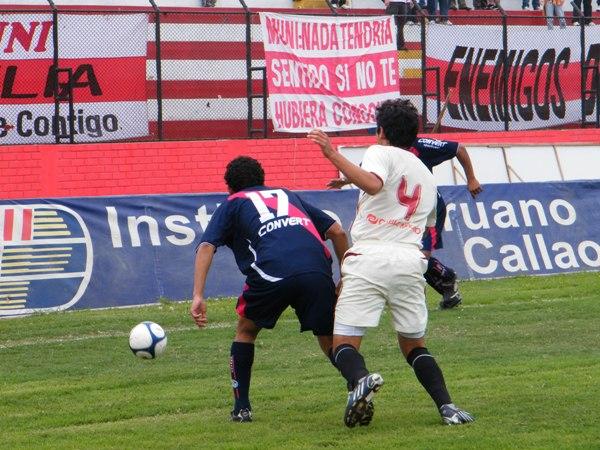VÍA LIBRE. Brian Belline aguanta la marcación de Ángel Romero para que Alessandro Morán se proyecte por su sector (Foto: Wagner Quiroz / DeChalaca.com)