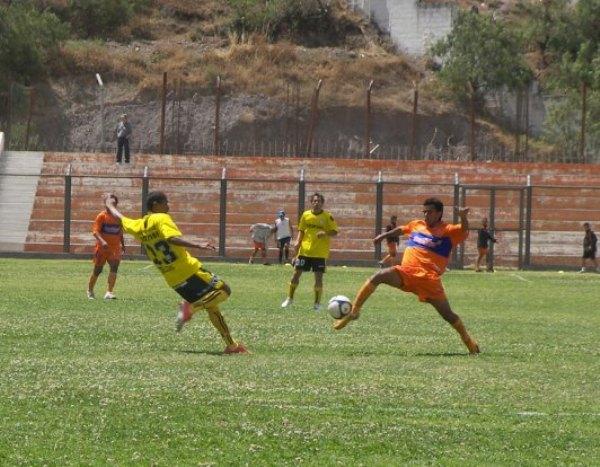 DESEQUILIBRADOS. Camarino y Vilcazapana disputan vorazmente el esférico. El juego estuvo muy friccionado en el medio sector (Foto: Abelardo Delgado / DeChalaca.com)