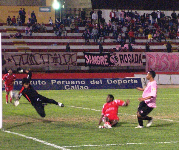 SIEMPRE OPORTUNO. El 'Flaco' Vidaurre le saca la etiqueta de gol al remate de Elías. El '18' rosado luego se cobraría su revancha (Foto: Abelardo Delgado / DeChalaca.com)