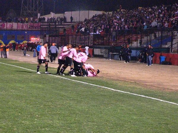 PRIMER GRITO. Rossel ya convirtió el primero de la noche y lo celebra con sus compañeros. El gol cayó cuando se extinguía la primera etapa (Foto: Abelardo Delgado / DeChalaca.com)