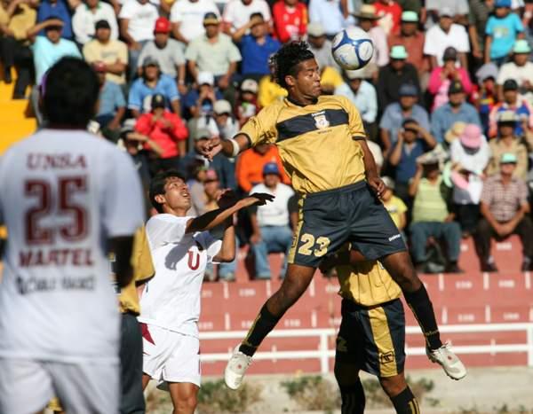 DEFENSA PRAGMÁTICA. Prado se eleva para rechazar. El arequipeño jugó de stopper en la zaga moqueguana (Foto: diario El Pueblo de Arequipa)