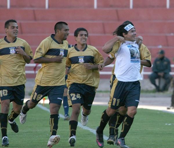 YO, RATÓN. Rodríguez se alza el polo y grita su gol con la vida (Foto: diario El Pueblo de Arequipa)