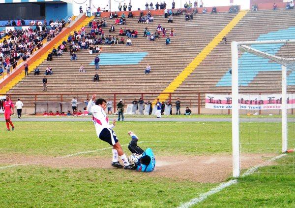 NADA BELLINE. La ausencia de gol exasperó a los jugadores ediles -como Brian Belline-, que cerca estuvieron de cargar a punta de patadas al meta visitante (Foto: Wagner Quiroz / DeChalaca.com)