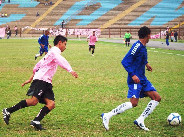 NO HARÁS MAGIA. Juan Arce va sobre la marca de Carlos 'Magico' Gonzales. El lateral derecho rosado apenas pudo actuar 21', ya que salió reemplazado por Araujo (Foto: Mario Azabache / DeChalaca.com)