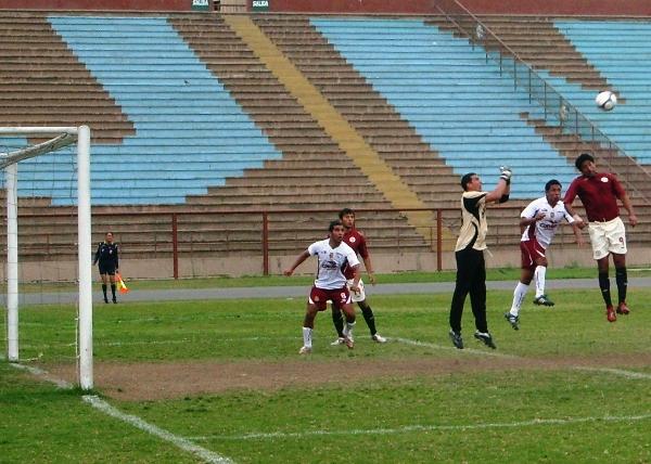 CON TRABAJO. Félix Lira llega primero que Wilkin Cavero y despeja el balón. El meta sanmarquino nuevamente ratificó su buen momento (Foto: Abelardo Delgado / DeChalaca.com)