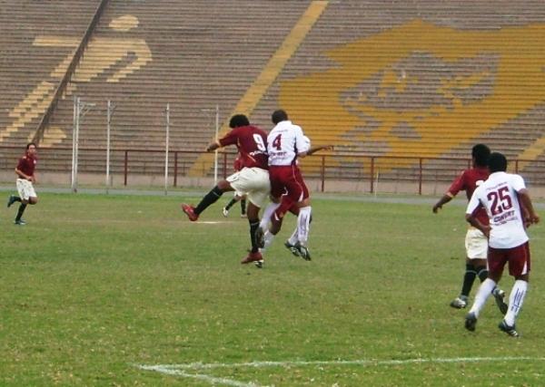 EQUILIBRADOS. Wilkin Cavero y Nicolla Porcella disputan tenazmente el balón. El goleador de Cochahuayco estuvo con las luces apagadas (Foto: Abelardo Delgado / DeChalaca.com)
