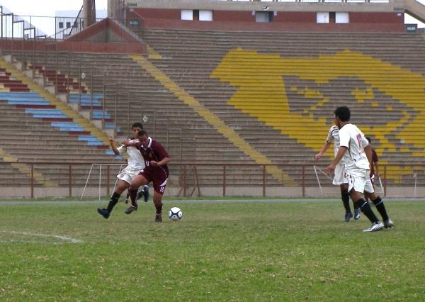 ERA PARA DORMIR. La imagen, casi al ras del campo, nos muestra el panorama desolador en el estadio de San Marcos (Foto: Abelardo Delgado / DeChalaca.com)