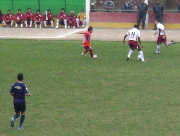 NO ES LA MEJOR VÍA. El capitán Javier Cueto intenta jugar con Nicola Porcella, mientras Ricardo Uribe trata de obstaculizar la proyección del lateral derecho (Foto: Felipe Carlos Panana)