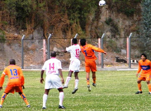 AL MISMO NIVEL. Retamoso y Ugarte pelean por la posesión del balón. Minero y Acosvinchos no se sacaron ventaja (Foto: Wagner Quiroz / DeChalaca.com)