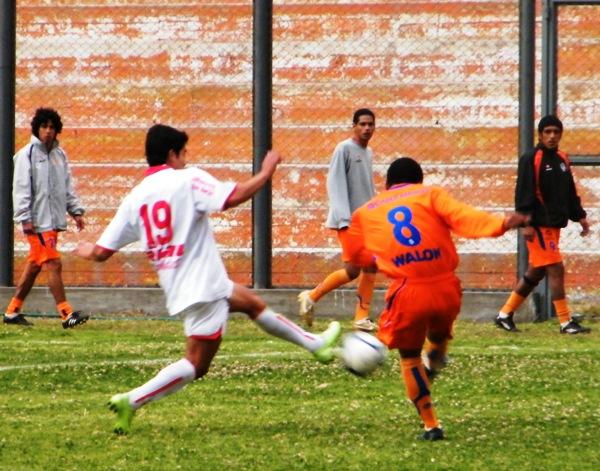TODO CONTROLADO. Junior Mora intenta enviar un centro para alguno de sus atacantes, pero el balón no transportará por el área visitante (Foto: Wagner Quiroz / DeChalaca.com)