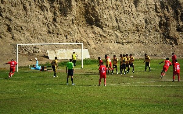 LUNA X 3. En escena, uno de los goles de tiro libre que convirtió Juan Luna. La estirada de Gianfranco Castellanos es inútil (Foto: Antonio Yupanqui R)
